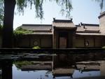 mini-batiment-maison-wang-et-reflet-sur-l-eau