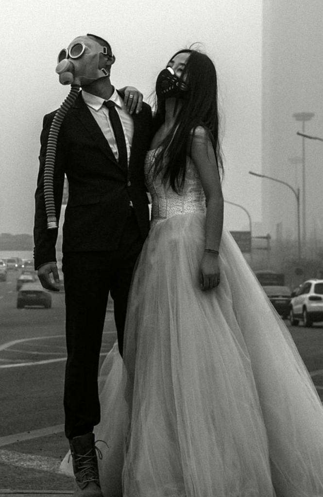 Mariés en masque à gaz