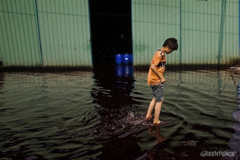 garcon marche pieds nus dans les rejets d eaux usées