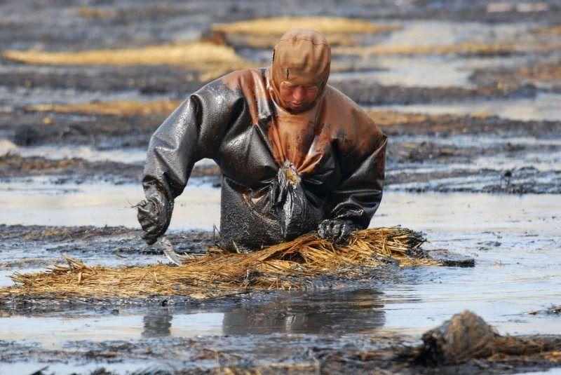 nettoyage d 'une nappe de petrole apres fuite a dalian