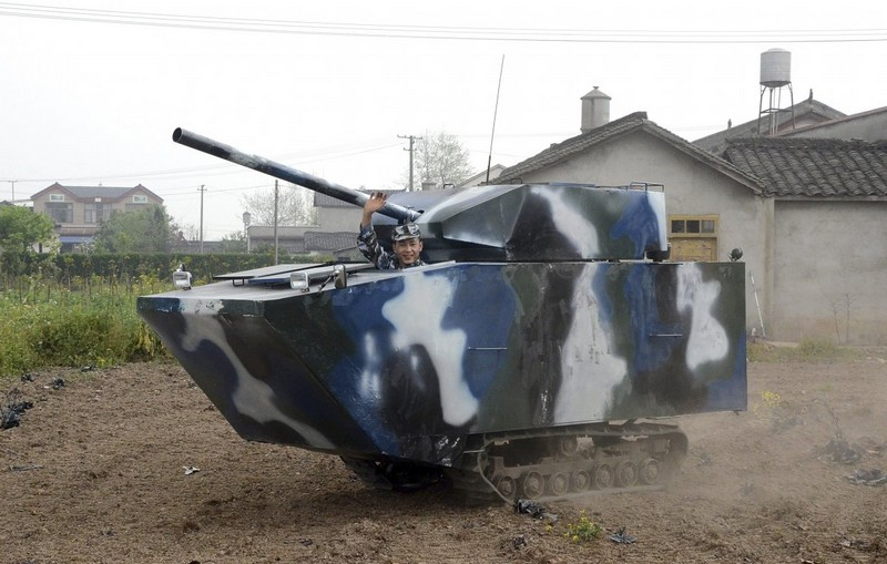 this-farmer-and-former-chinese-navy-member-spent-6450-to-create-this-homemade-replica-of-a-tank